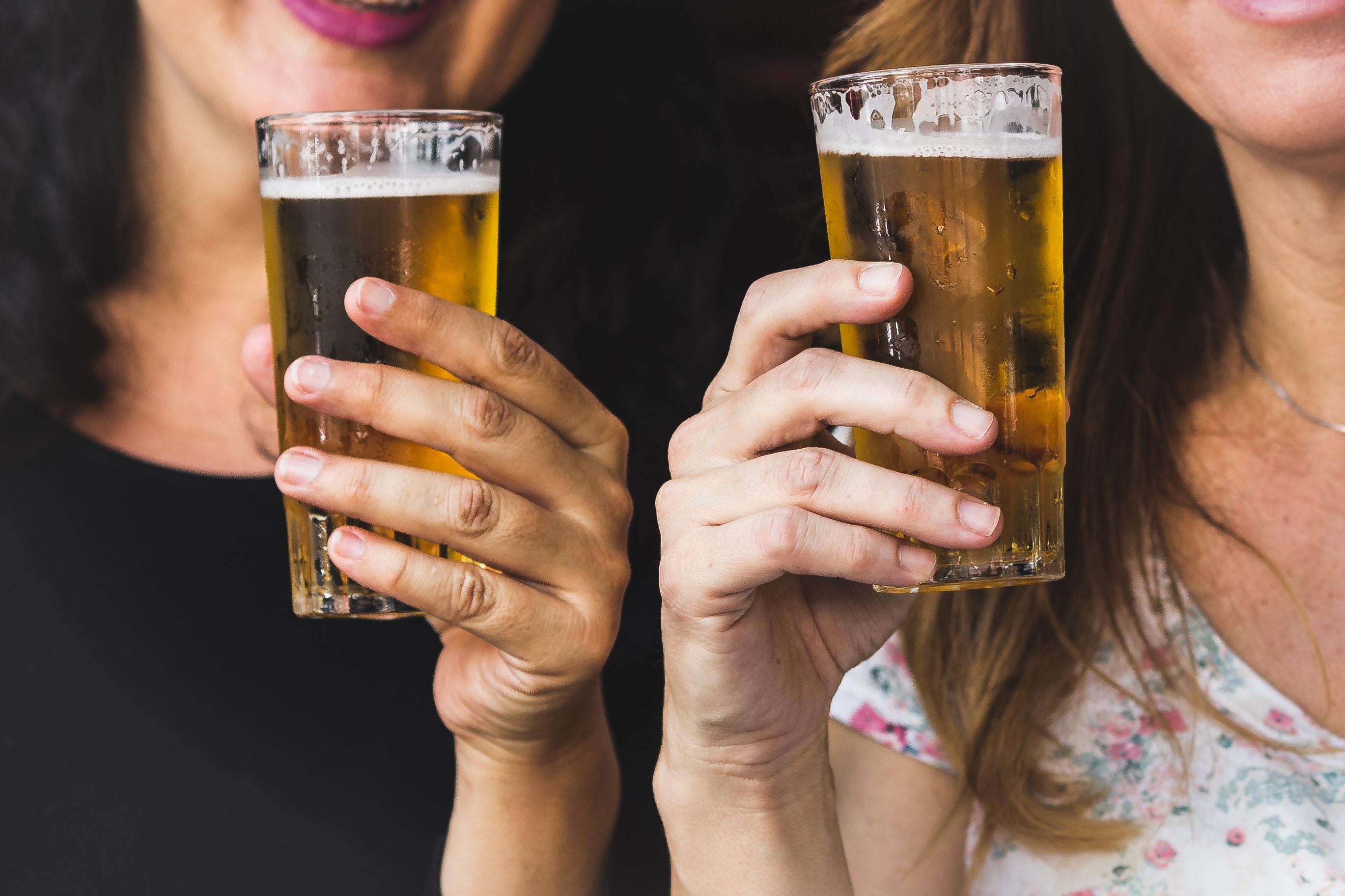 amigos disfrutando en cerveceria de barrio